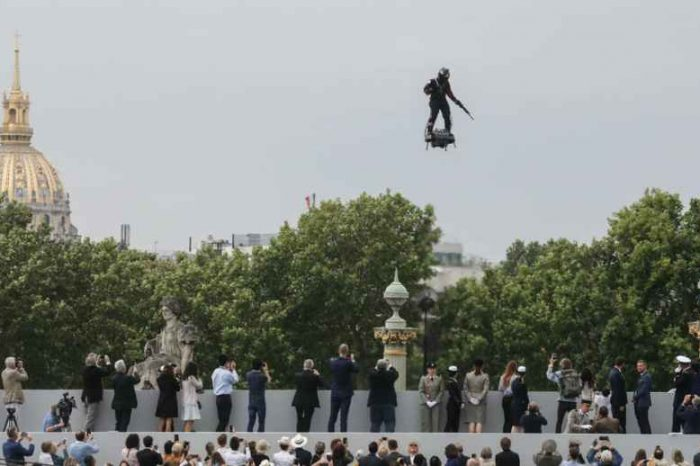 French inventor soars above Champs-Élysées on Zapata Flyboard at Paris parade