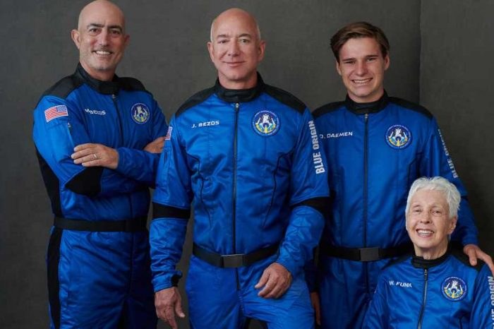 Jeff Bezos reaches the edge of space on Blue Origin's historic suborbital flightand safelyreturned to Earth